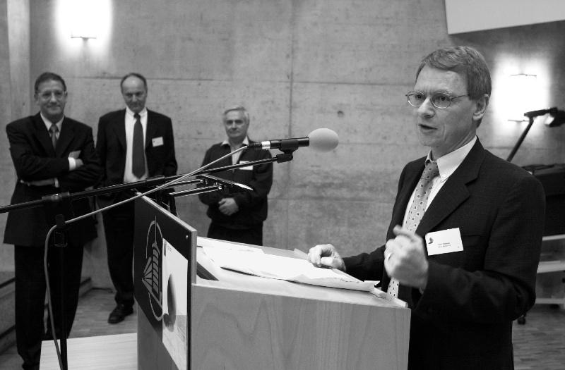 Remise du Prix à l'innovation 2001 du canton de Fribourg. En image les vainqeurs de Vibro Meter (Mr. Felix Schmid). Photo: Aldo Ellena; Fribourg, le 29.10.2001
