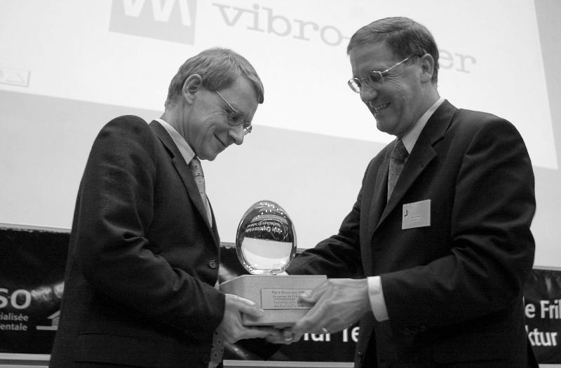 Remise du Prix à l'innovation 2001 du canton de Fribourg.Mr. Felix Schmid de Vibro Meter recoit le prix des mains de Michel Pittet, conseiller d'état.Photo: Aldo Ellena; Fribourg, le 29.10.2001